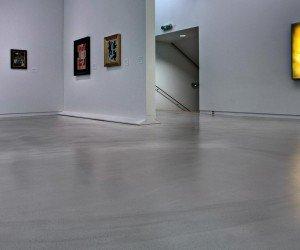 Cementgebonden gietvloer bij een tentoonstelling