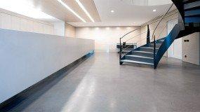 Betonvloer in een bedrijf
